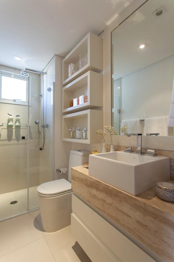 Banheiro pequeno: nichos e acabamentos claros