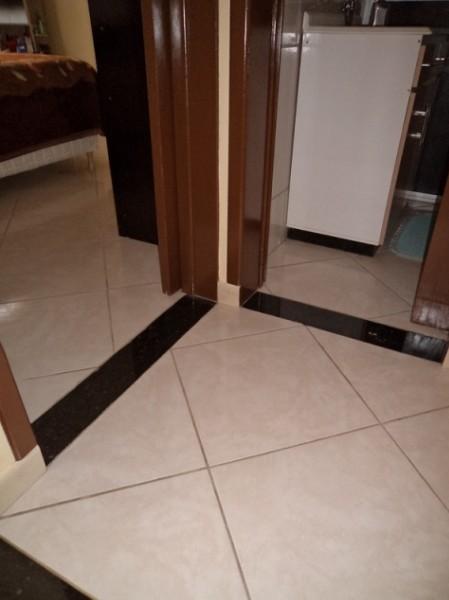 ERRADO: não há desnível , soleira não é necessária. Cor também errada, devia ser uma cor próxima a cor do piso.