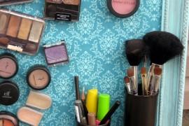 Quadro com imãs para organizar maquiagens