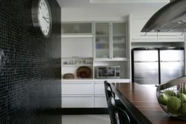 Pastilhas pretas na parede da cozinha