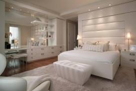 Projeto dormitório de cores claras com cabeceira estofada e penteadeira