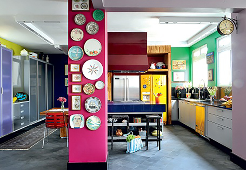 Pratos na parede da cozinha