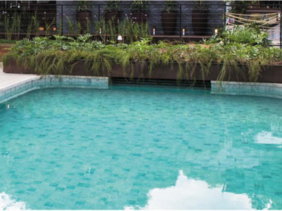Jardineira na piscina